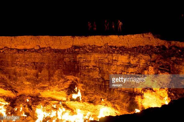 「darvaza ガスクレーター、トルクメニスタン夜 - トルクメニスタン ストックフォトと画像