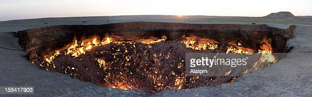 「darvaza ガスクレーター、トルクメニスタン - トルクメニスタン ストックフォトと画像