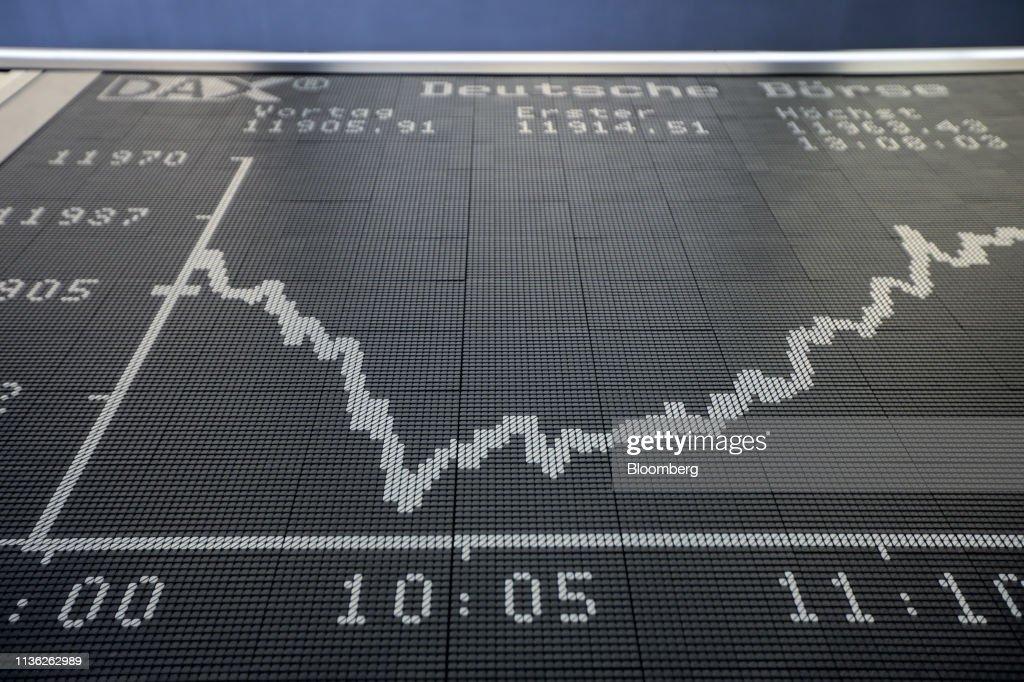 Market Reaction Inside The Frankfurt Stock Exchange : Nachrichtenfoto
