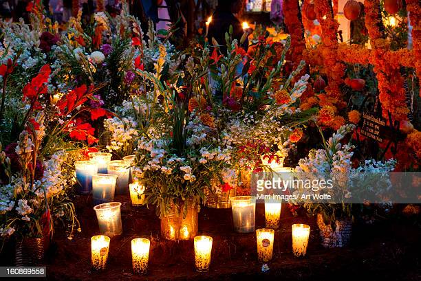 the day of the dead is celebrated in the towns and villages around lake patzcuaro. preparations include major cleaning and repair of the local cemeteries. - dia de muertos fotografías e imágenes de stock