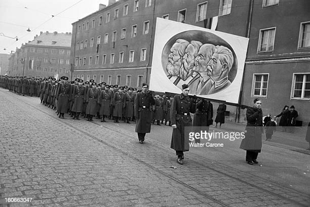 The Ceremonies In Berlin East BerlinEst RDA 9 mars 1953 Le jour des obsèques de Staline à Moscou 300 000 allemands de l'Est ont défilé dans la Stalin...