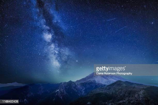 the delta aquariids meteor shower and milky way over mount st. helens, at windy ridge in washington state - {{relatedsearchurl(carousel.phrase)}} stock-fotos und bilder