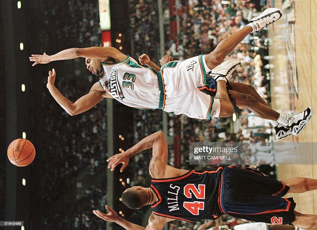 The Detroit Pistons' Grant Hill (R) loses the ball : News Photo