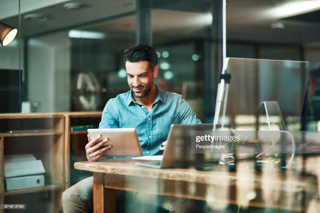 O trabalhador digital faz as coisas : Foto de stock