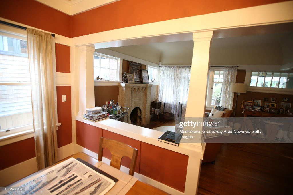 The Dining Room And Living Room Area Of A Craftsman Bungalow Is Fotografia De Noticias Getty Images
