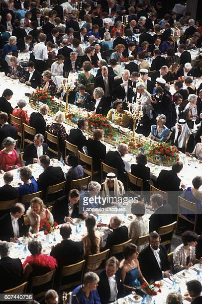 The dining room of the Stadshuset is full for the Nobel Prize presentation dinner after the 1985 Nobel Prize ceremony In attendance are King Carl XVI...