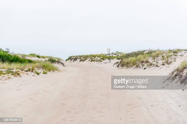 the dirt road along the beach,long island,new york,united states,usa - norbert zingel stock-fotos und bilder