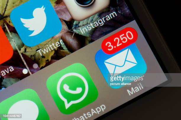 The display of an iPhone shows the mail app indicating 3,250 unread emails in Dresden, Germany, 13 April 2016. Photo: Arno Burgi/dpa | usage worldwide