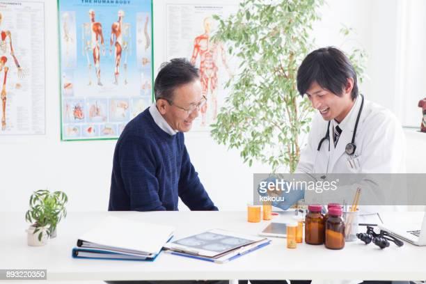 医師は、老人の薬を処方します。