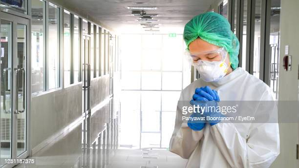 "the doctors in ppe protective clothing pray for god to help the plague disappearcoronavirus covid-19 - ""panyawat boontanom"" stockfoto's en -beelden"