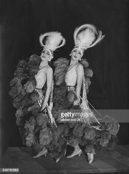 The Dolly Sisters vaudeville performers with headdress and feather boa 1930 Photographer James E Abbe Vintage property of ullstein bild