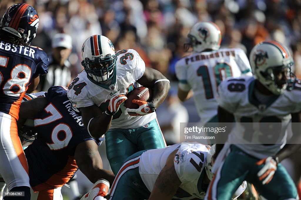 The Dolphins Ricky Williams (34) carries the ball through the denver  defense in the 92d3c7888