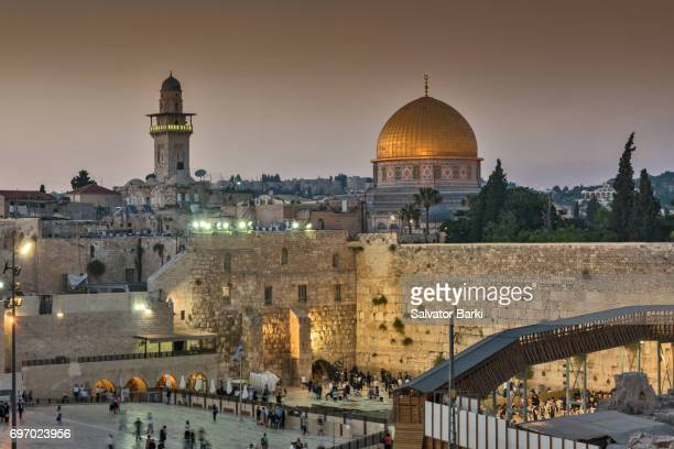 the dome of the rock and the waling wall - territori palestinesi foto e immagini stock