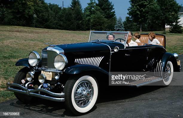 The Duesenberg Model Cabriolet 'J' Aux EtatsUnis en septembre 1966 le cabriolet DUSENBERG modèle 'J' une voiture de collection une famille à...