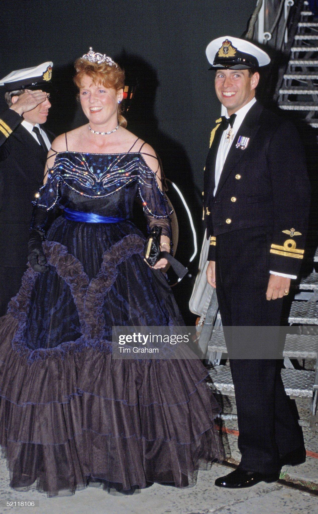 Вечерние наряды Отем пока еще Филлипс и Сары Йоркской Andrew And Sarah At Naval Dinner In Sydney : News Photo