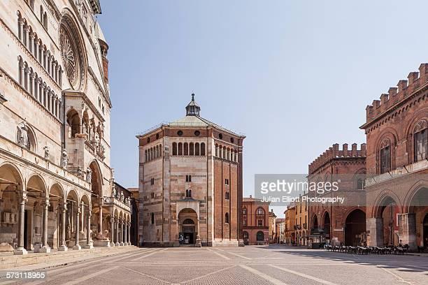 the duomo di cremona and the baptistery. - cremona foto e immagini stock