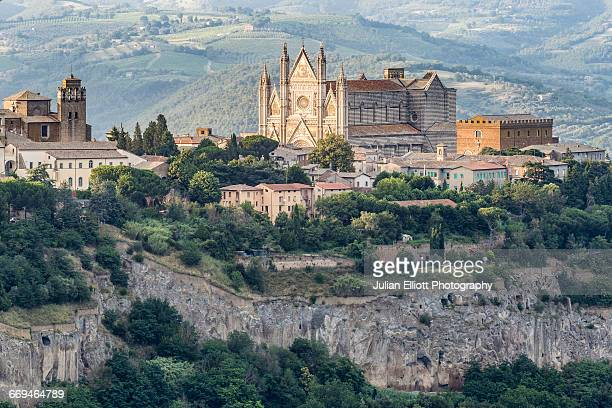 the duomo di orvieto in umbria, italy. - orvieto stock pictures, royalty-free photos & images