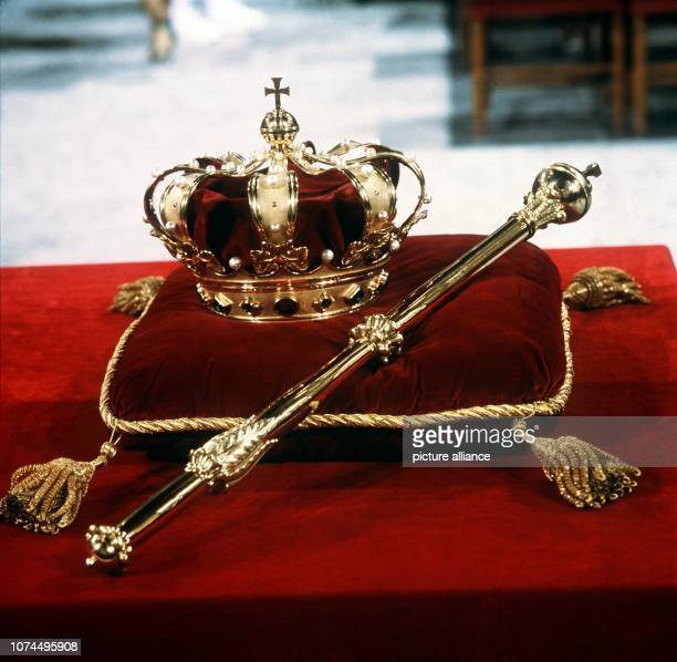 The Dutch royal crown and sceptre on a red velvet pillow, photographed on 30 April 1980 on the occasion of the coronation of Queen Beatrix.   usage...