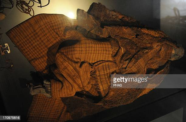 The Early Iron Age The bog body from Huldremose in Djursland from 100 AD The woman wore a skirt of wool a scarf and two fleece capes Her hair was...