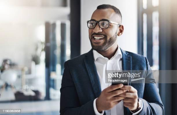 het gemak dat mobiele technologie brengt - zwart pak stockfoto's en -beelden