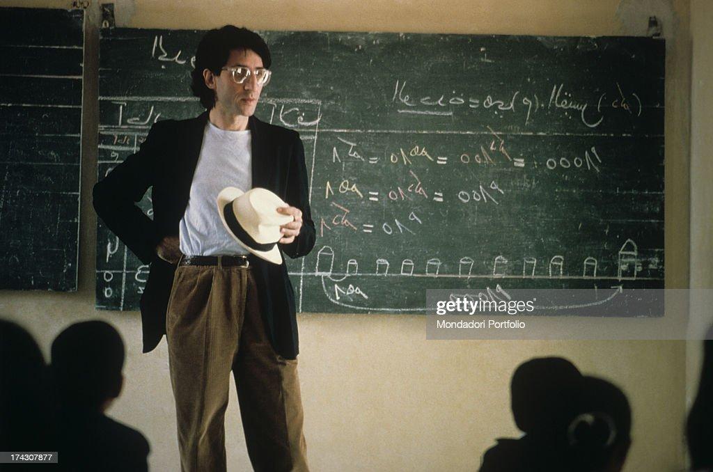 Franco Battiato Is Standing In Silence In Front Of A Black-Board : Foto di attualità