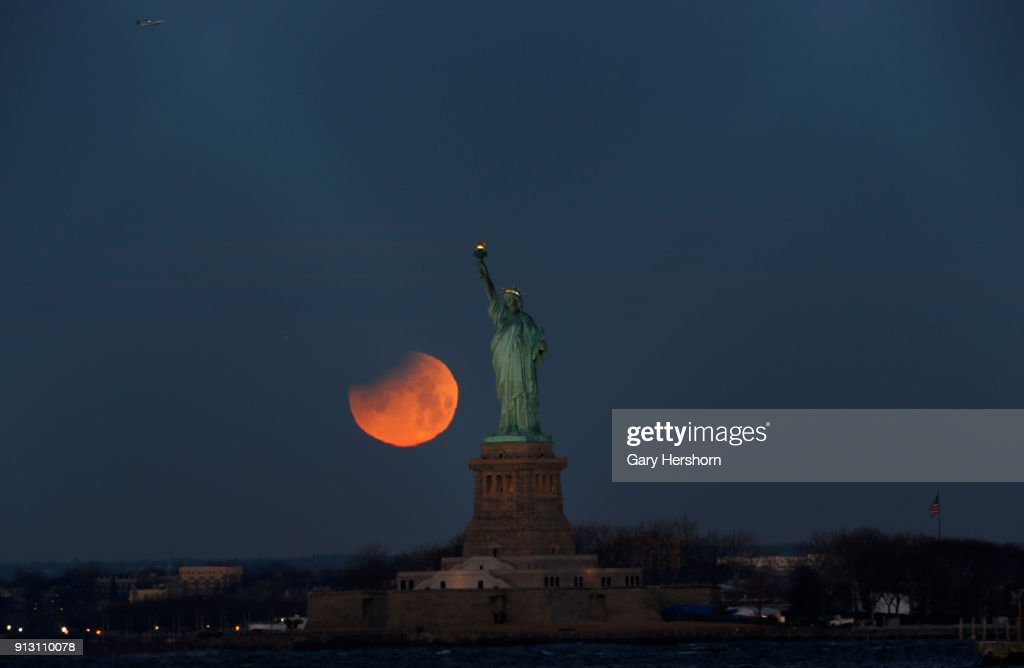 "Rare ""Super Blue Blood Moon"" Hovers Over New York City : News Photo"