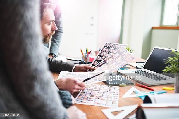 Der editor bei der Arbeit mit seinem team