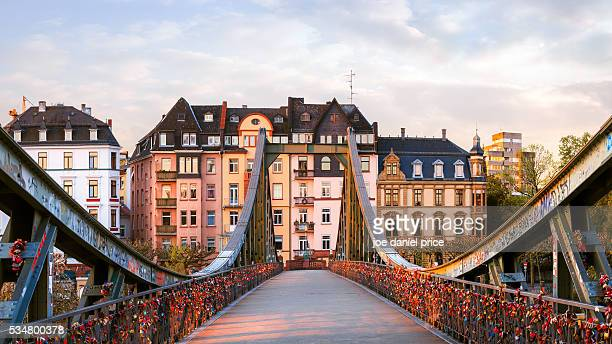 the eiserner steg (iron bridge), frankfurt, hessen, germany - frankfurt am main stock-fotos und bilder