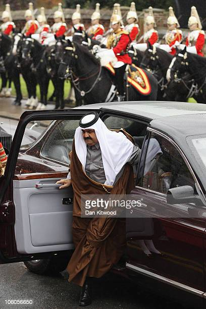 The Emir of Qatar Sheikh Hamad bin Khalifa al Thani arrives in Windsor to be met by Queen Elizabeth II on October 26 2010 in Windsor England The...