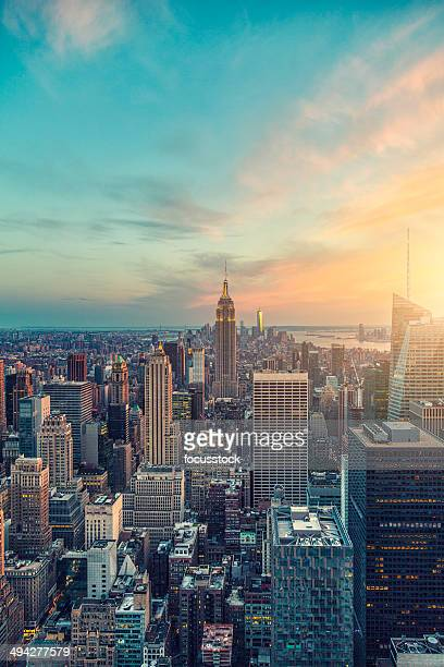 the empire state building and manhattan panorama in nyc - monument stockfoto's en -beelden