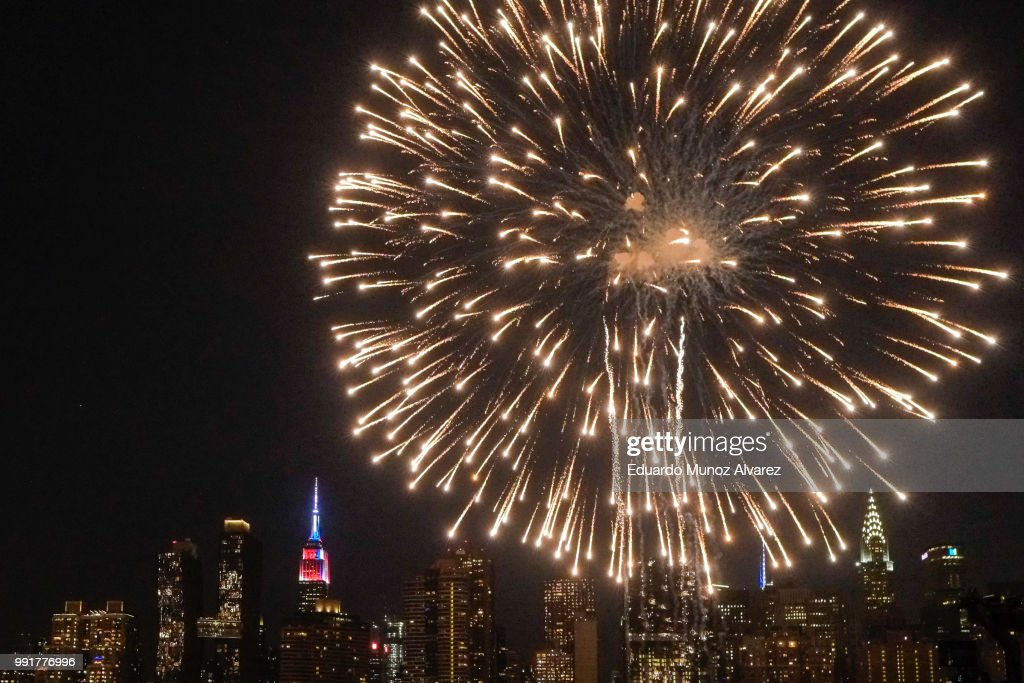 Fireworks Light Up The Skies Over New York On Independence Day : News Photo