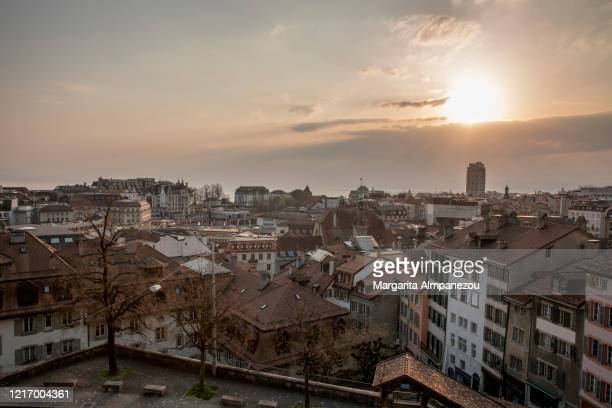 the empty city of lausanne from above during sunset - continuïteit stockfoto's en -beelden