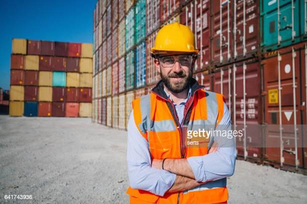 Der Ingenieur arbeitet mit Containern