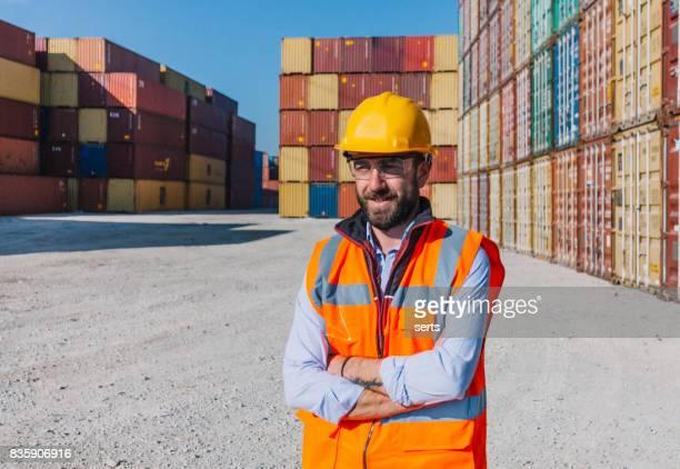 El ingeniero trabaja con contenedores de carga