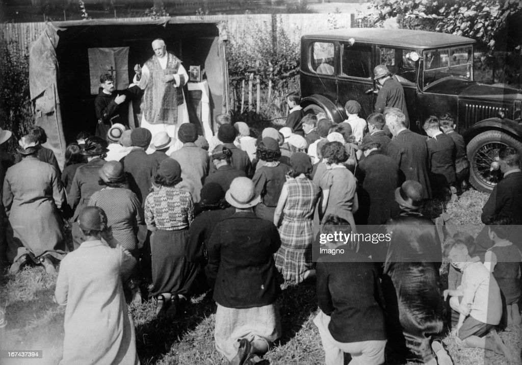 The English bishop Amigo of the Cathedral of St. George blesses the hop harvest. About 1930. Photograph. (Photo by Imagno/Getty Images) Der englische Bischof Amigo von der St. Georgs-Kathedrale segnet die Hopfenernte. Um 1930. Photographie.