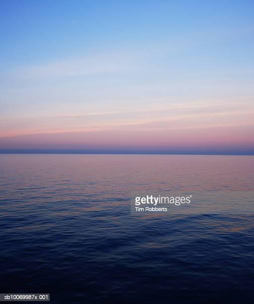 the english channel at dawn - het kanaal stockfoto's en -beelden