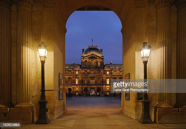 the entrance  at night - louvre photos et images de collection