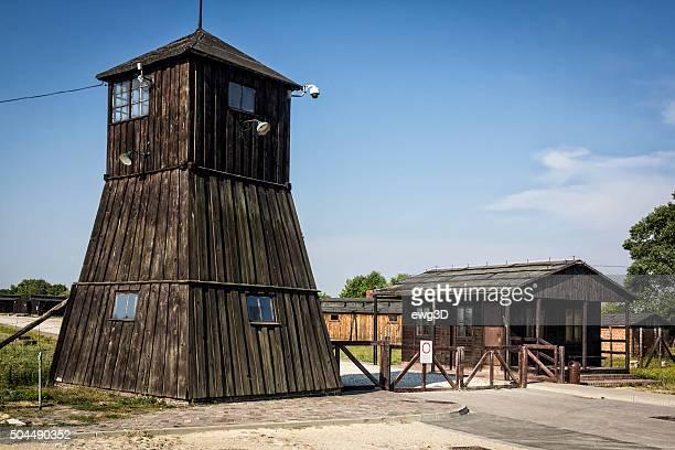 la puerta de entrada al campo de concentración, polonia - holocausto fotografías e imágenes de stock