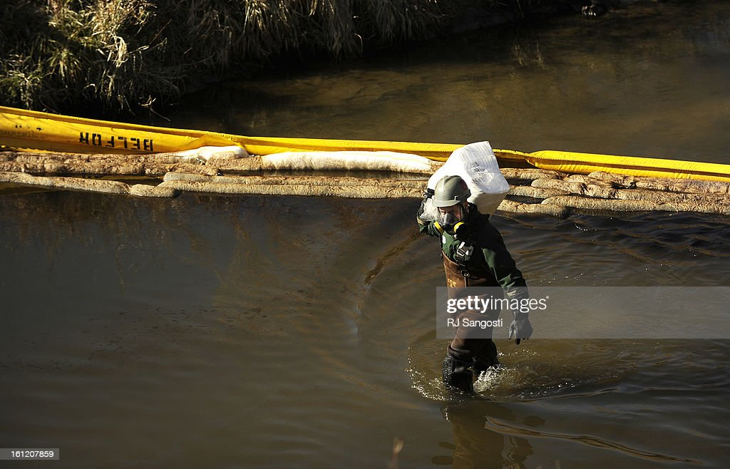 The Enviromental Protection Agency investigate a tip, Tuesday, Nov. 29, 2011, that an oily muck is running into Sand Creek near Suncor Energy in Commerce City. Crews work on cleaning an oily muck that is running into Sand Creek near Suncor Energy in Comme : News Photo