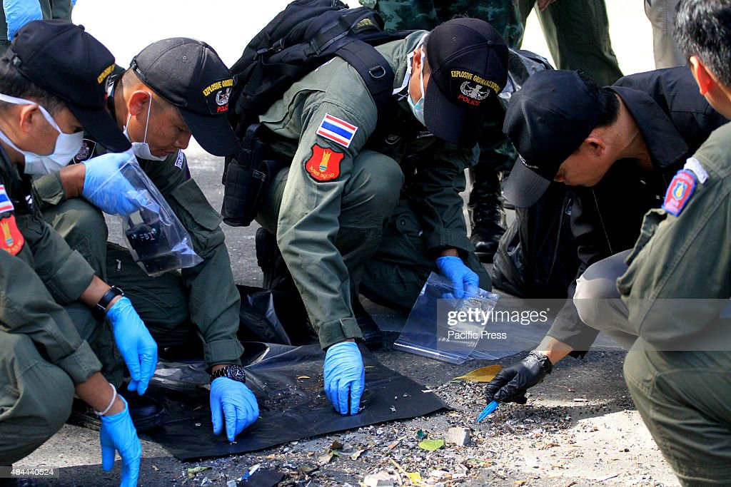 The EOD officers and probation officers  check for evidence... : ニュース写真