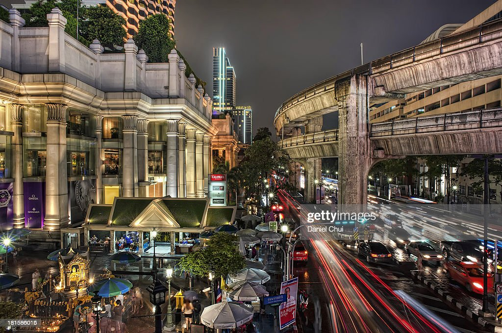 Erawan Shrine at night in Bangkok, Thailand : News Photo