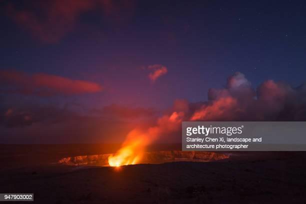 the erupting kilauea volcano - vulcano attivo foto e immagini stock