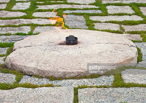 the eternal flame - john f kennedy burial site stock pictures, royalty-free photos & images