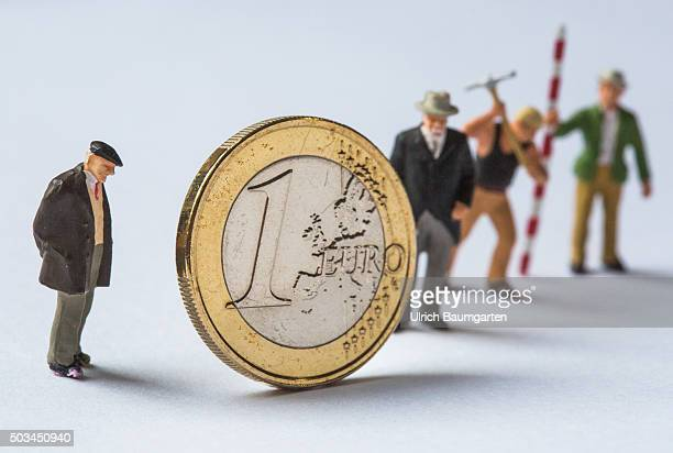 The euro the work and pensions What we end up in the purse Our picture shows a 1 euro coin with pensioners and workers miniature figures