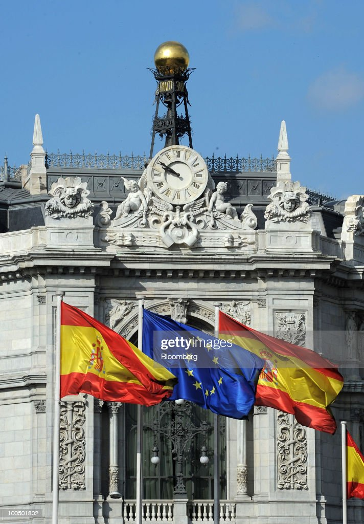 The European Union flag, center, flies between Spanish national flags at the Bank of Spain in Madrid, Spain, on Tuesday, May 25, 2010. Four Spanish savings banks with more than 135 billion euros ($167 billion) in assets plan to combine as regulators push ailing lenders to merge with stronger partners. Photographer: Denis Doyle/Bloomberg via Getty Images