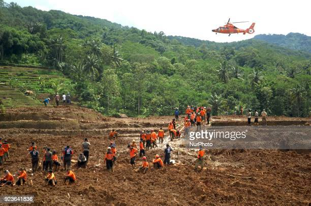 The evacuation of landslide victims in Brebes that befell the farmers continued to be carried out by a joint team in Pasir Panjang village, Brebes,...