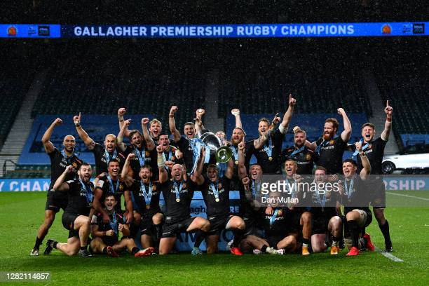 The Exeter Chiefs players celebrate as Jack Yeandle and Joe Simmonds of Exeter Chiefs lift the trophy following their victory during the Gallagher...