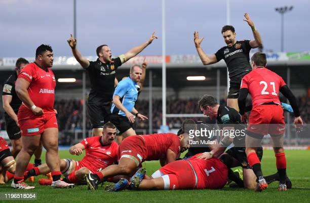 The Exeter Chiefs players celebrate as Jacques Vermeulen of Exeter Chiefs dives over to score his side's second try during the Gallagher Premiership...