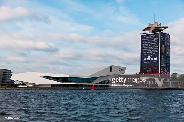 the eye filminstitute along the ij river - merten snijders stockfoto's en -beelden