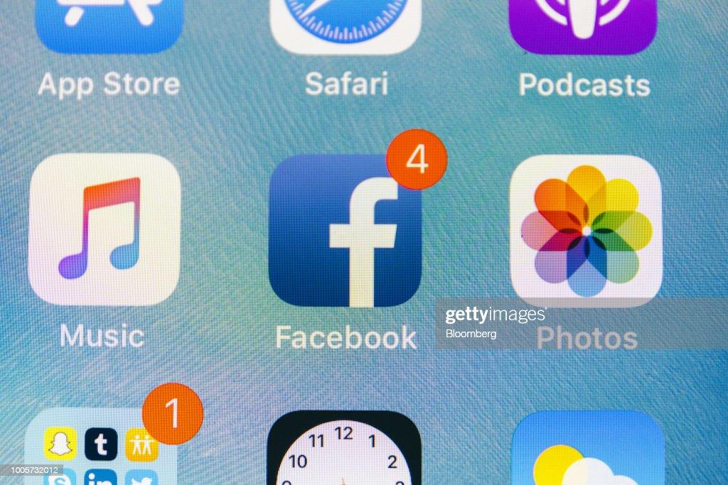 Facebook App And Logo As Shares Plunge : ニュース写真